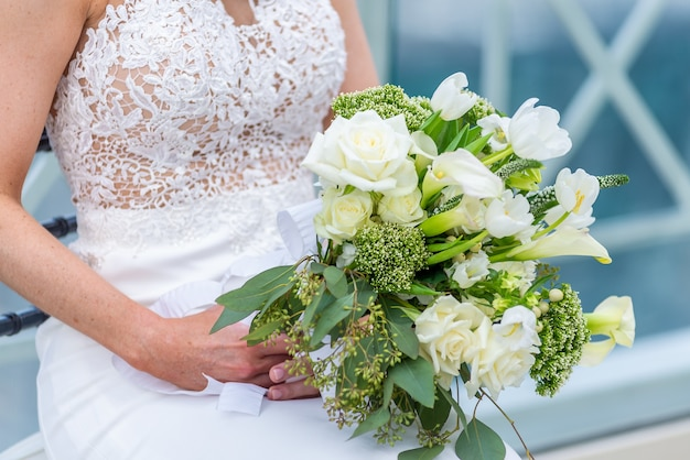Shallow Fokus Strzał Panny Młodej W Sukni ślubnej Z Bukietem Kwiatów Darmowe Zdjęcia