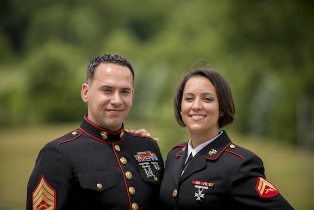 Shallow Fokus Strzał Z Wojskowych Para Uśmiecha Się Darmowe Zdjęcia
