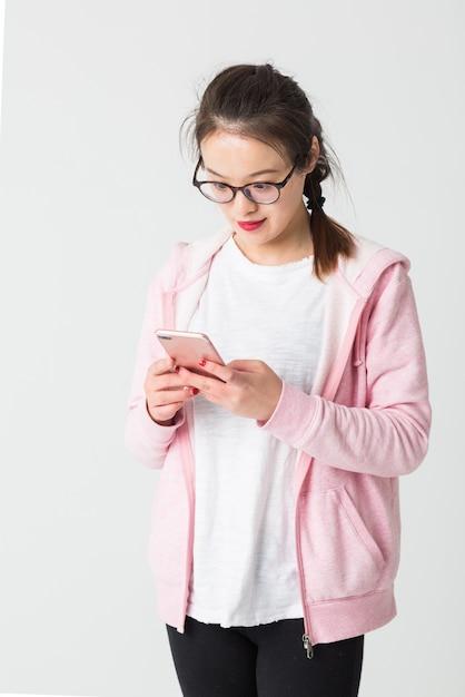 Shot W Studio M? Odej Kobiety Asian Odtwarzanie Telefonu Komórkowego Darmowe Zdjęcia