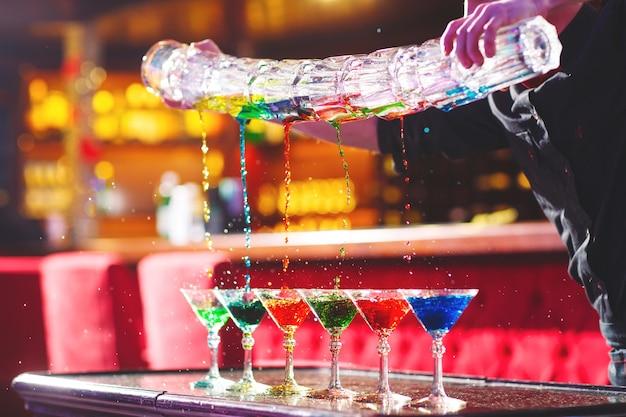 Show Barmana. Barman Nalewa Koktajle Alkoholowe. Premium Zdjęcia