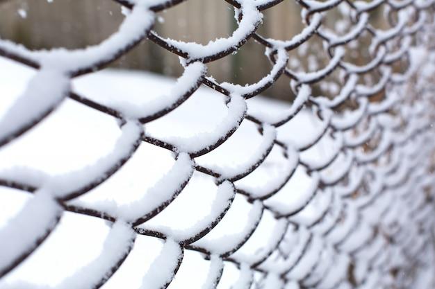 Siatka Ogrodzeniowa Zmiażdżona Przez śnieg. Premium Zdjęcia