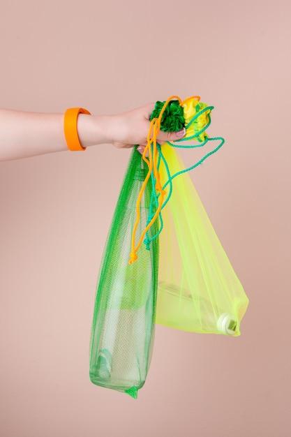 Siatkowe torby z szklaną butelką wody wielokrotnego użytku Premium Zdjęcia