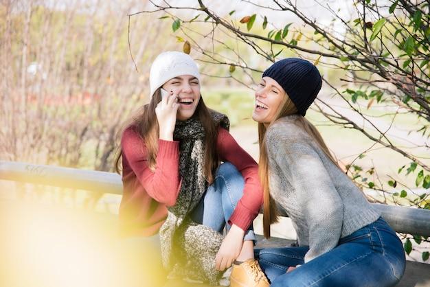 Side View Medium Shot Dwie Młode Kobiety Na Czacie W Parku Darmowe Zdjęcia
