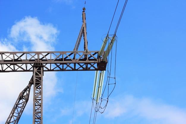 Sieć Elektryczna W Pobliżu Pola Premium Zdjęcia