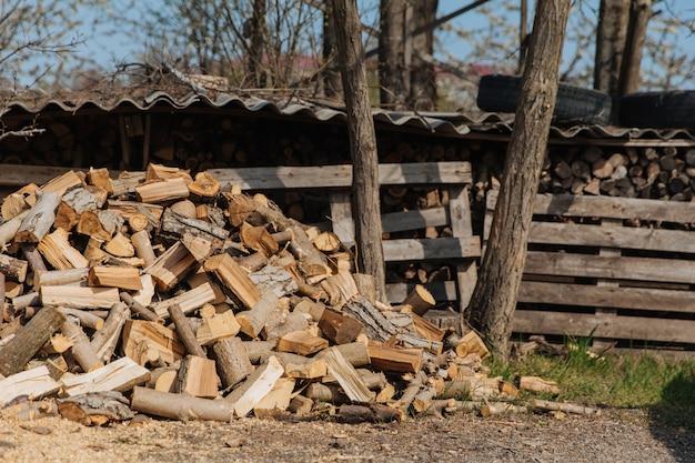 Siekane Drewno Opałowe Z Różnych Gatunków Drzew. Premium Zdjęcia