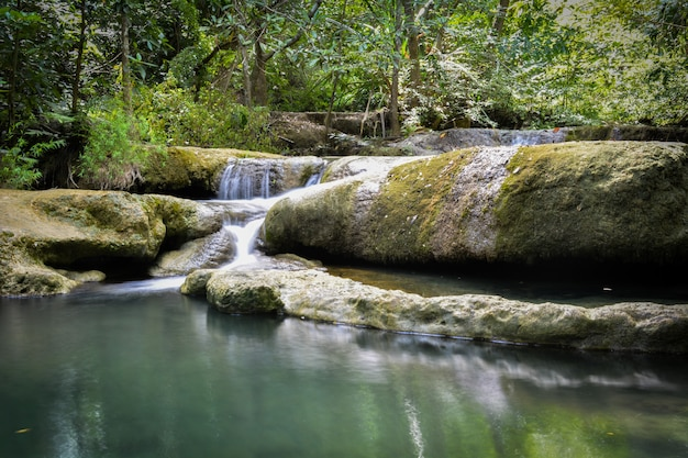 Siklawa Chująca W Tropikalnej Dżungli W Kanchanaburi Asia Południowo-wschodni Asia Tajlandia (erawan Siklawa) Premium Zdjęcia