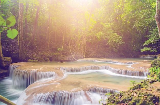Siklawa w głębokim lesie, thailand tło Premium Zdjęcia