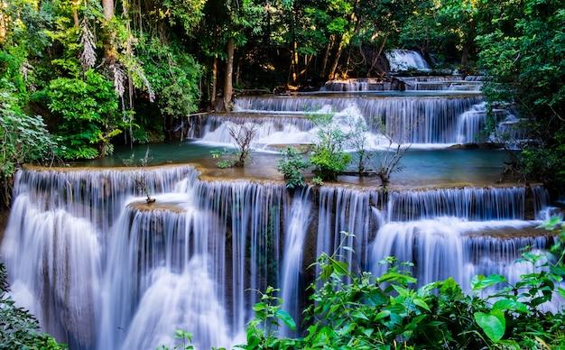 Siklawa W Tropikalnym Lesie Przy Huay Mae Khamin Park Narodowy, Tajlandia Premium Zdjęcia