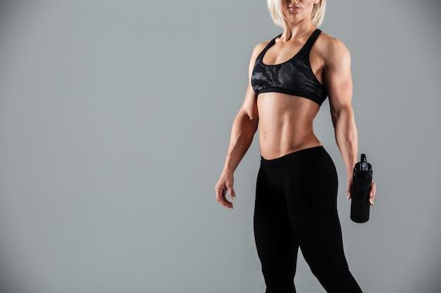 Silna Blondynka Sportowa Kobieta Trzyma Butelkę Wody, Darmowe Zdjęcia