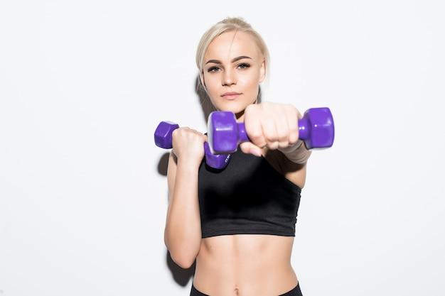Silna, Muskularna Blondynka Kickjob Z Niebieskimi Hantlami Na Białym Tle Darmowe Zdjęcia