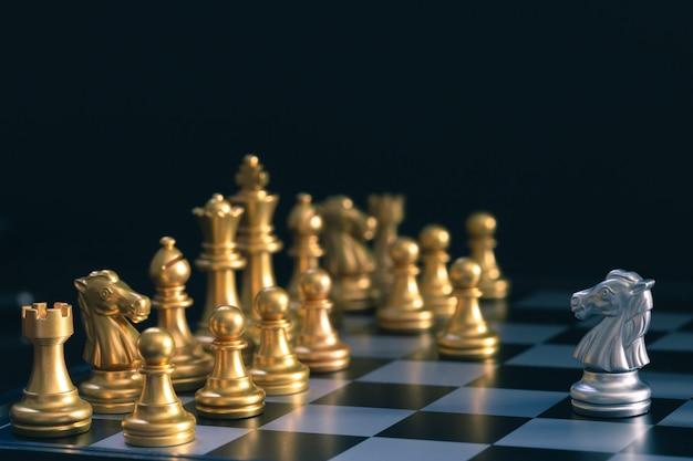 Silver horse chess chodzi po złotej szachowej planszy bitewnej Premium Zdjęcia