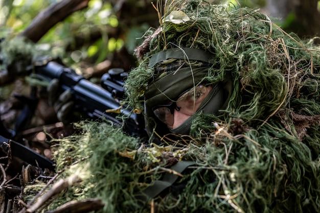 Siły Specjalne, Karabin Szturmowy żołnierza Z Tłumikiem, Celownik Optyczny. Za Zasłoną Czeka W Zasadzce Premium Zdjęcia