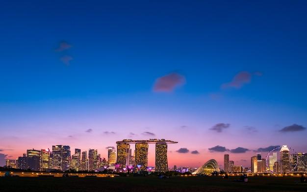 Singapur, Marina Barrage, Widok Na Miasto I Budynki O Zmierzchu. Premium Zdjęcia