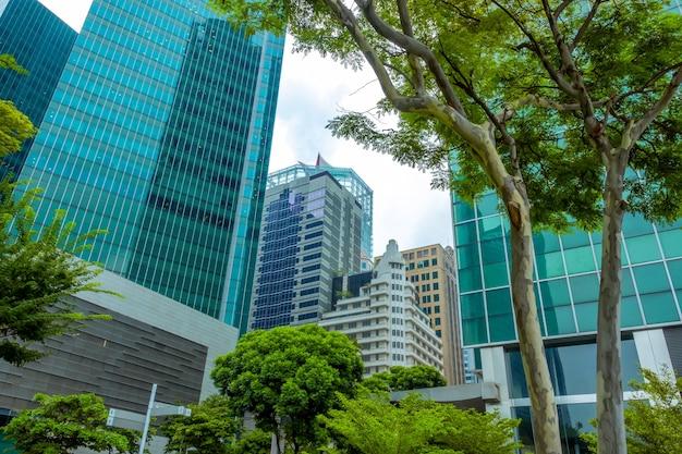 Singapur. Nowoczesne Wieżowce Biurowe I Zielone Drzewa Premium Zdjęcia