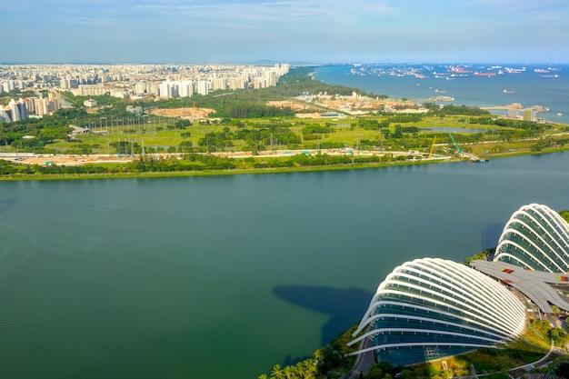 Singapur. Panoramiczny Widok Na Dzielnice Mieszkalne, Nalot Ze Statkami I Flower Dome. Widok Z Lotu Ptaka Premium Zdjęcia