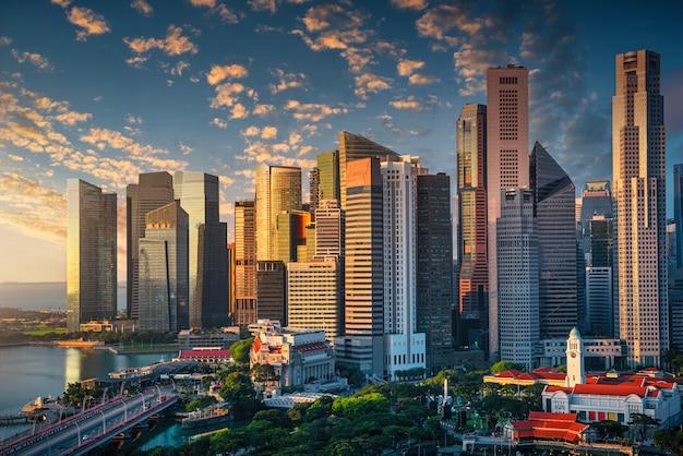 Singapur Skyline Z Dramatycznym Niebem O Wschodzie Słońca. Premium Zdjęcia