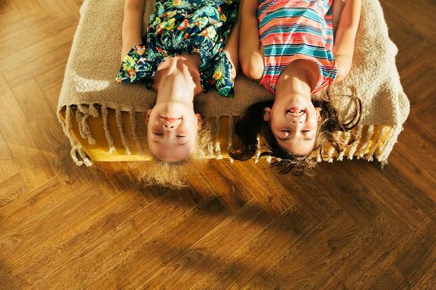 Siostra Zabawy W łóżku I Dzielenia Się Chwilami Miłości. Małe Dziewczynki Zabawy Razem W łóżku. Małe Dziewczynki Bawić Się W Domu Na łóżku. Premium Zdjęcia