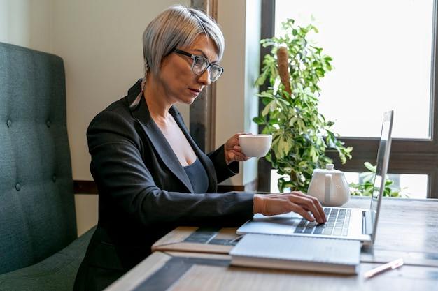 Sive widok biznesowa kobieta przy biurem Darmowe Zdjęcia