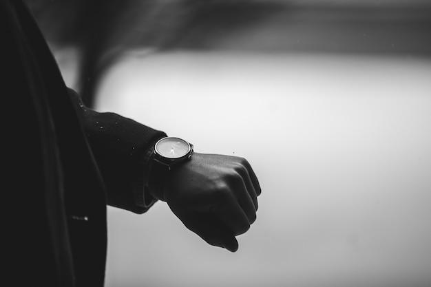 Skala Odcieni Szarości Strzał Osoby Noszącej Zegarek Na Rękę Darmowe Zdjęcia