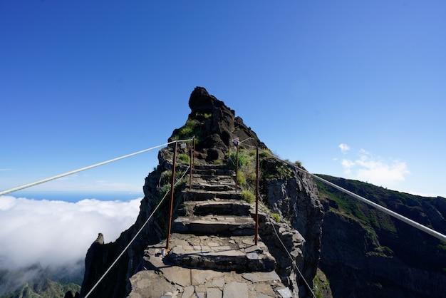 Skalista ścieżka W Kierunku Szczytu Góry Z Czystym Niebem W Tle Darmowe Zdjęcia
