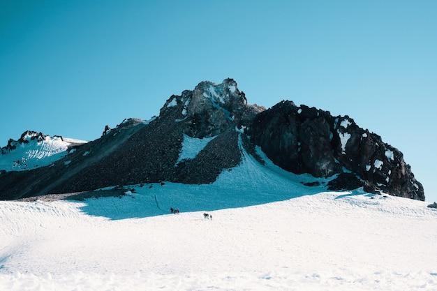 Skaliste śnieżne Góry Pod Pięknym Niebieskim Niebem Darmowe Zdjęcia