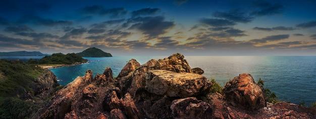 Skaliste Urwisko Nad Pięknym Czystym Morzem I Wyspą Premium Zdjęcia