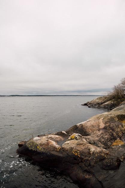 Skaliste Wzgórza W Pobliżu Morza Z Pochmurnego Nieba Darmowe Zdjęcia