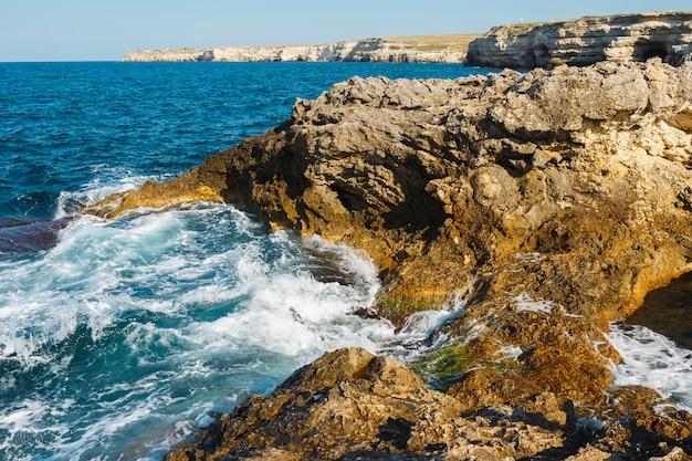 Skalisty Brzeg Na Morzu. Widok Z Góry Premium Zdjęcia