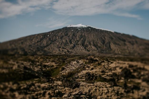 Skalisty Krajobraz Z Dużą Ilością Krzaków Pod Zachmurzonym Niebem Darmowe Zdjęcia