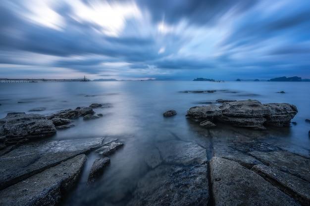 Skały morskie. spokojne morze i pusta plaża. na plaży z błękitne morze błękitne niebo na wakacje. Premium Zdjęcia