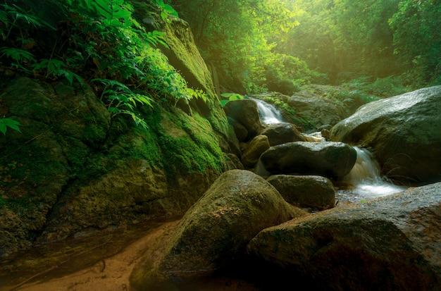 Skały Przy Wodospadzie Premium Zdjęcia