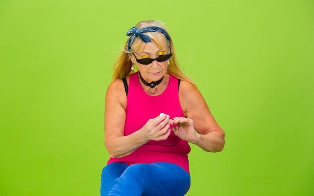 Skater Dziewczyna. Starszy Kobieta W Ultra Modny Strój Na Białym Tle Na Jasnozielonej Darmowe Zdjęcia