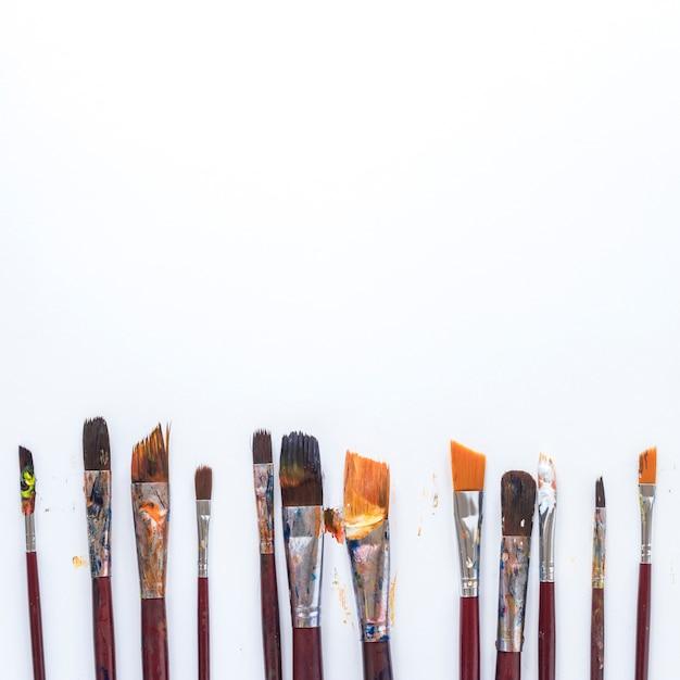 Skład bałaganiarskiego sprzętu używanego przez artystów do barwienia Darmowe Zdjęcia