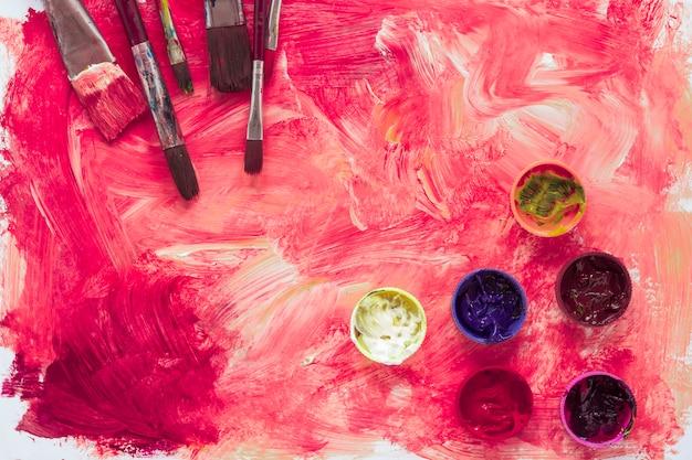 Skład farb i pędzli na papierze Darmowe Zdjęcia