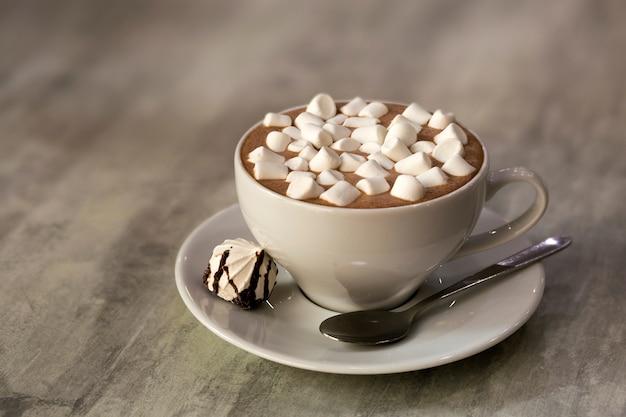 Skład Kubek Kawy Z Marshmallows Na Porcelana Talerzu Na Lekkim Tle, Odgórny Widok. Premium Zdjęcia