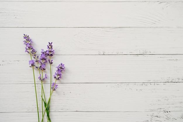 Skład Lawenda Na Biały Drewnianym. świeże Letnie Kwiaty. Premium Zdjęcia