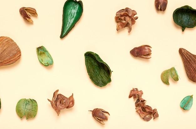Skład Liści. Tle Koncepcji Przyrody. Zdjęcie Płaskie I Zdjęcie Z Góry Premium Zdjęcia