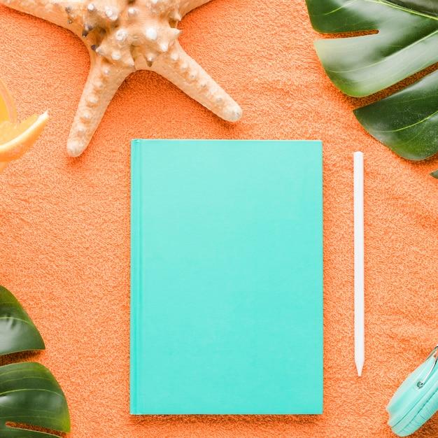 Skład Plaży Z Notesu Na Kolorowym Tle Darmowe Zdjęcia
