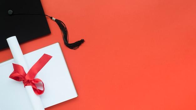 Skład świąteczny Podziałka Na Czerwonym Tle Z Miejsca Kopiowania Darmowe Zdjęcia