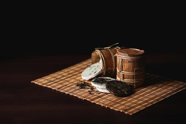Skład upakowana chińska herbata puer na bambusowej macie. Darmowe Zdjęcia