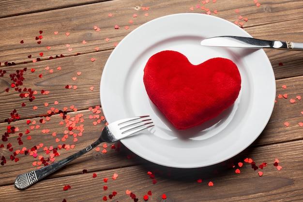 Skład Walentynki Na Tle Drewniany Stół Premium Zdjęcia