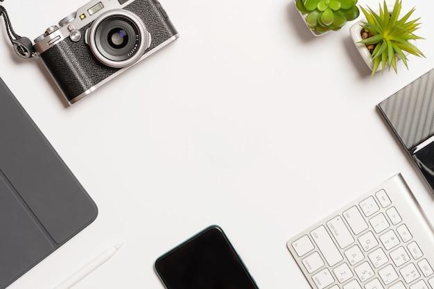 Skład Z Biurowym Wyposażeniem Na Białym Biurku Premium Zdjęcia