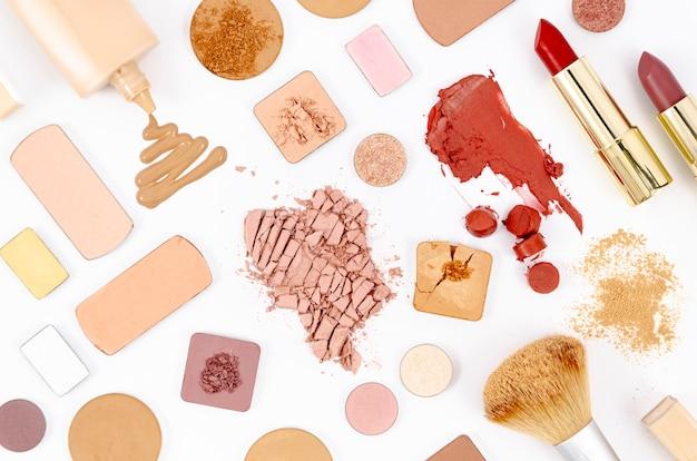 Skład z kolorowymi kosmetykami na białym tle Darmowe Zdjęcia