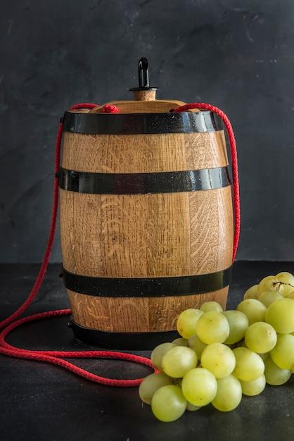Skład Z Szkłami I Butelkami Różny Wino Na Drewnianym Stole Premium Zdjęcia