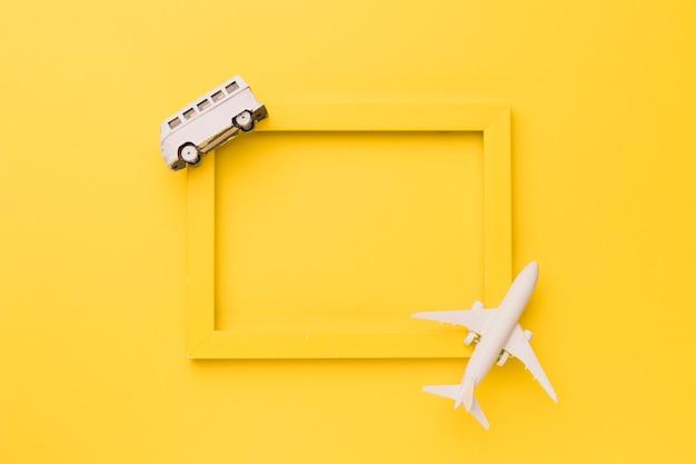 Skład Zabawkarski Samolot I Autobus Na żółtej Ramie Darmowe Zdjęcia