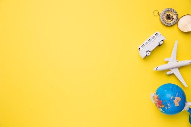 Skład zabawkarskiego samolotu autobusu kompas i kula ziemska Darmowe Zdjęcia