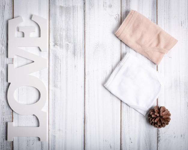 Składane figi damskie, deska miłości i szyszka Premium Zdjęcia