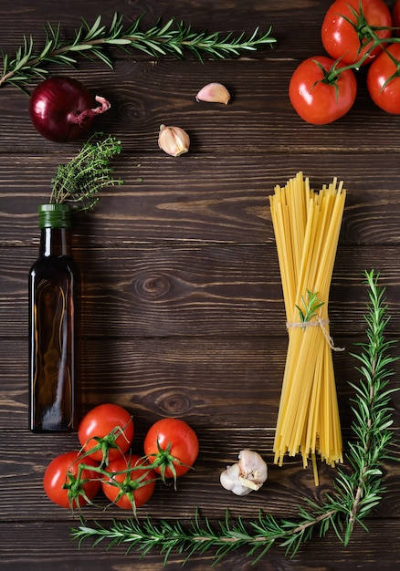 Składniki Na Wegetariański Przepis Spaghetti. Makaron Pełnoziarnisty Na Rustykalnym Ciemnym Drewnianym Stole Premium Zdjęcia