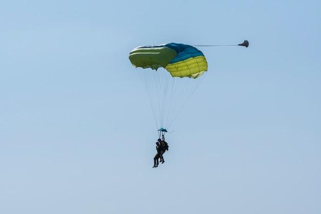 Skok Ze Spadochronem W Tandemie. Premium Zdjęcia