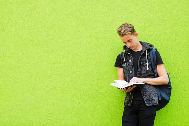 Skoncentrowana Książka Do Czytania Człowieka Darmowe Zdjęcia